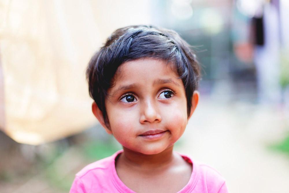 Portrettbilde av liten Indisk jente i rosa t-skjorte