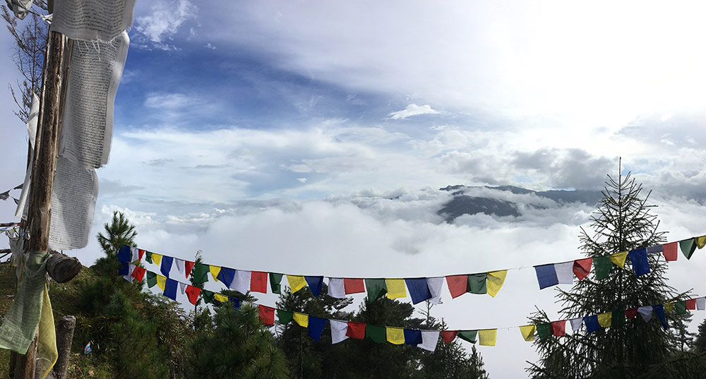 Fargerikt banner henger foran et fjellpass i Bhutan