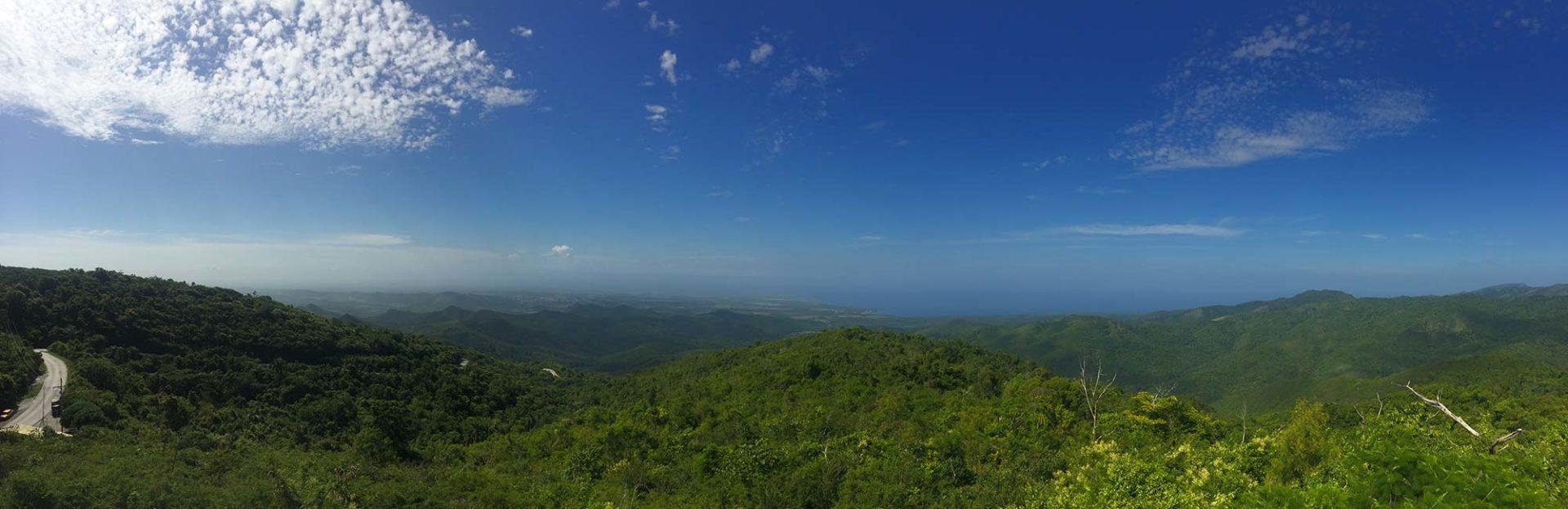 Panoramabilde av et grønt, rullende landskap i Cuba
