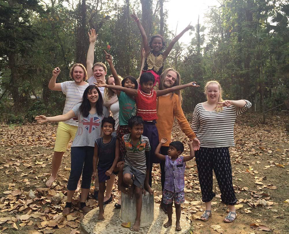 Besøkende fra Danvik Folkehøgskole sammen med lokale barn i Dumka