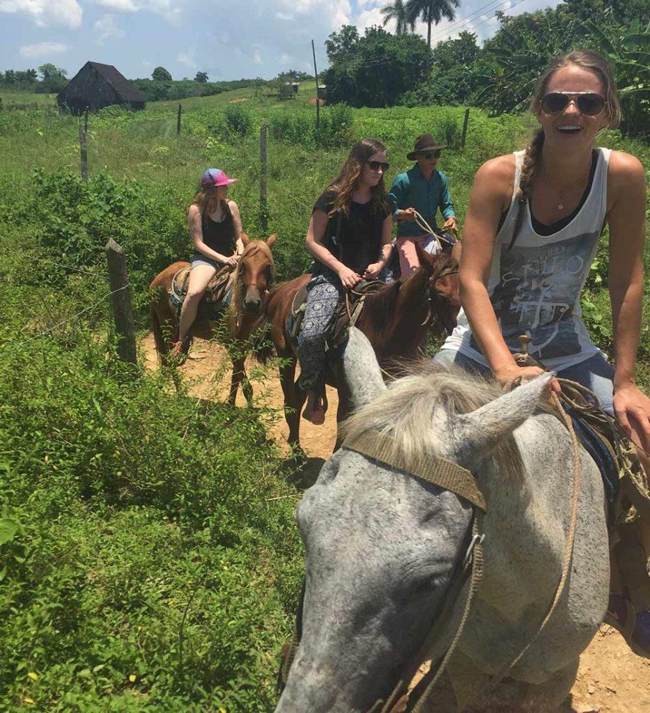 Reisende fra Acta på ridetur i Cuba Vinjales