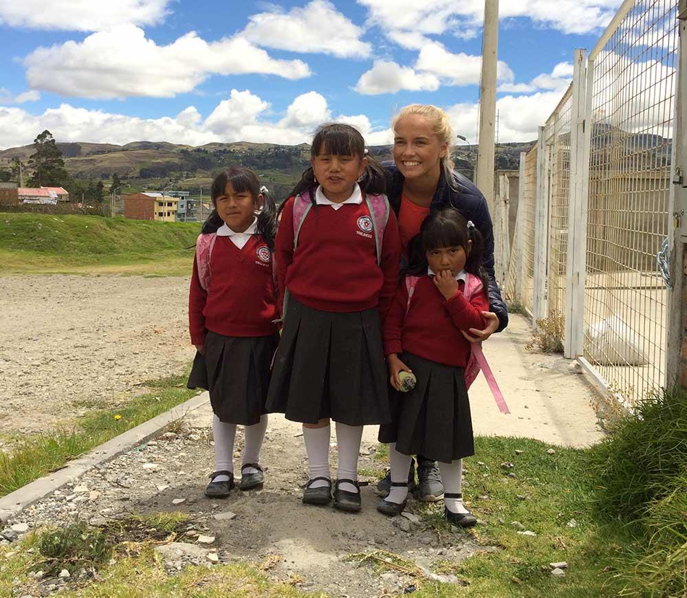 Solveig med lokale barn i Tambo iført skoleuniformer