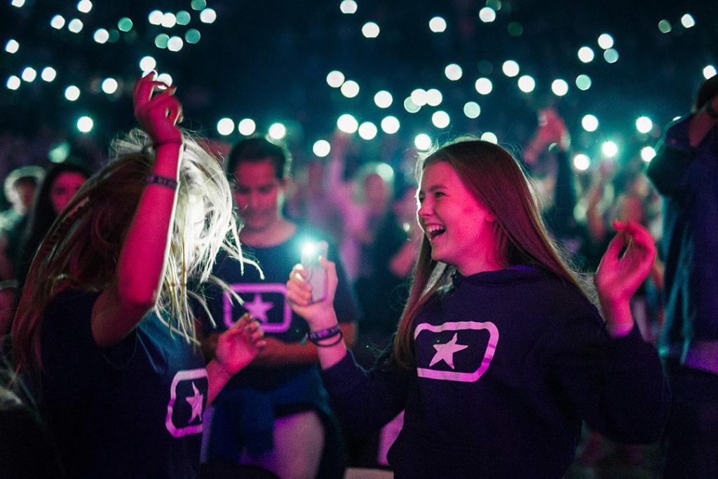 To Soul Children-jenter på konsert med lys fra mobiltelefoner i bakgrunnen