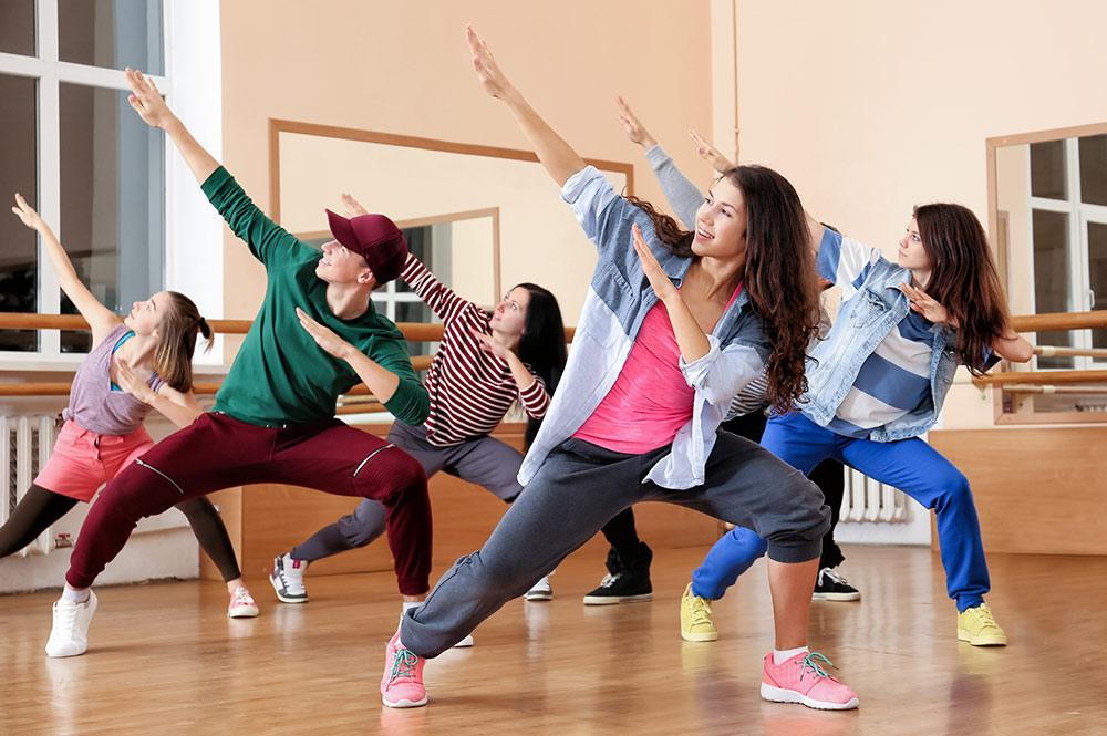 Gruppe med unge hiphop-dansere i studio
