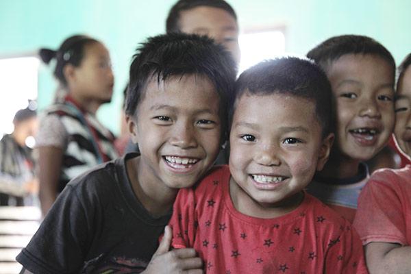 To blide gutter smiler til kameraet