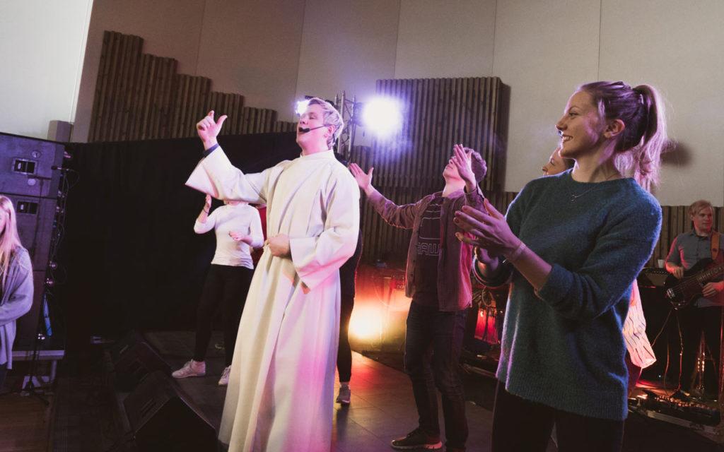 Prest og musikere i god stemning på gudstjeneste