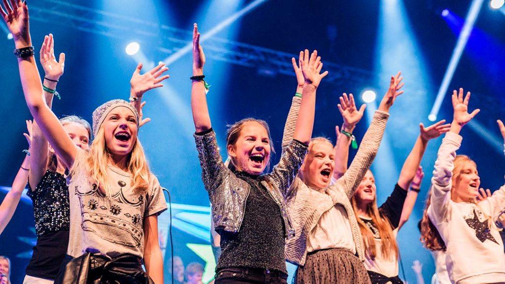 Jenter på scenen med hendene i været under Soul Children-festivalen 2016