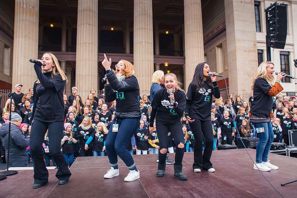Fem jenter på scenen under Soul Children-utekonsert foran Stortinget
