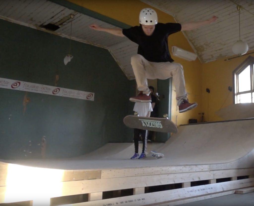 gutt som hopper med skateboard